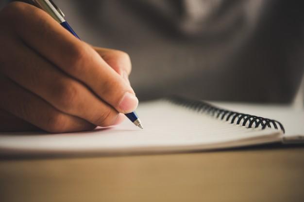 kobieta pisze dlugopisem